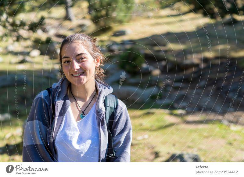 Porträt eines jungen lächelnden Mädchens mit dem Wald im Hintergrund Lächeln schön Person heiter Frau niedlich Schönheit Natur natürlich attraktiv Glück