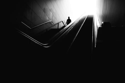 Mann geht in den Untergrund Silhouette Licht Freiheit Jugendliche Aktion Gegenlicht Sonne Licht & Schatten Strukturen & Formen Tageslicht Schönes Wetter