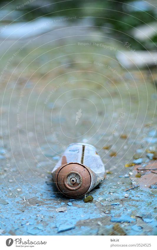 alt l alte, blaue, geknickte, leere Sprühdose, liegt auf morbidem, abgeblättertem, kaputtem blauem Untergrund. Umweltsünde, Umweltverschmutzung, Müll, Schrott durch nachlässig verantwortungslos weggeworfene Spraydose in Lost Place. Nicht abaubarer Schrott.