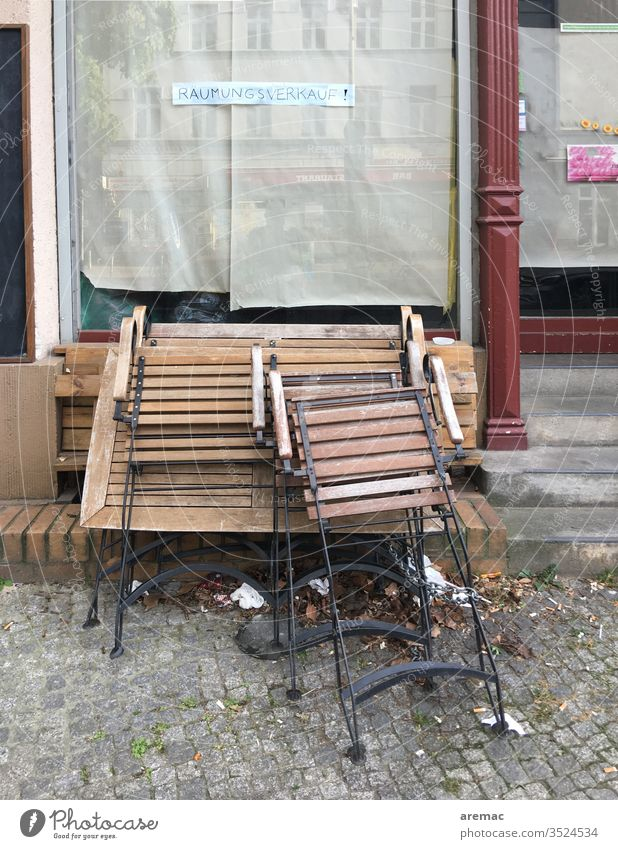 Schaufenster mit Schild Räumungsverkauf und Tische und Stühle Ausverkauf Stuhl geschlossen Menschenleer Außenaufnahme pleite Gebäude Fenster Ladengeschäft
