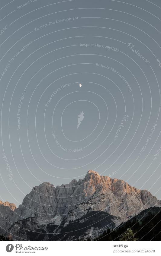 Bergpanorama zur Dämmerung mit Mond Berge u. Gebirge Bergsteigen Bergkette Slowenien Triglav Triglav Nationalpark Mondschein Landschaft Außenaufnahme Natur