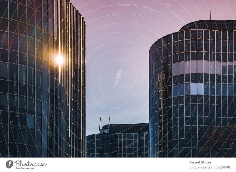 Das Nachmittagslicht spiegelt sich auf der gebogenen Glasfassade eines Bürogebäudes architektonisch Architektur Klotz Gebäudeplanung Gebäudefassade erbaut