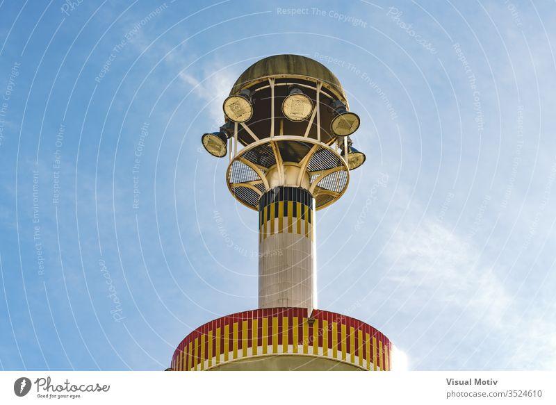 Detail einer architektonischen Turmspitze mit Beleuchtung abstrakt Architektur Gebäude Hauptstadt Konzept Beton Konstruktion Zeitgenosse Tag Dekorationsstruktur