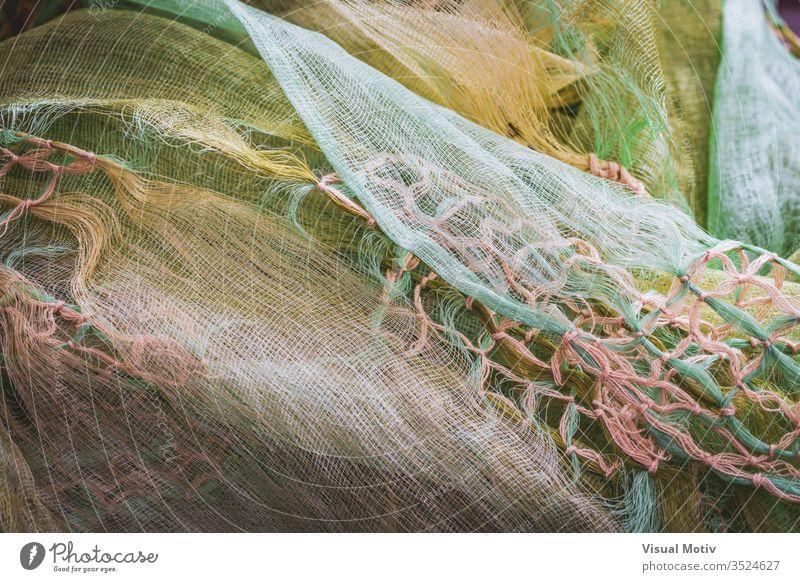 Makramee-Knoten, die ein zerknittertes Tuch schmücken Gewebe Textur texturiert Mode Hintergrund Oberfläche Design abstrakt Nahaufnahme niemand Detailaufnahme