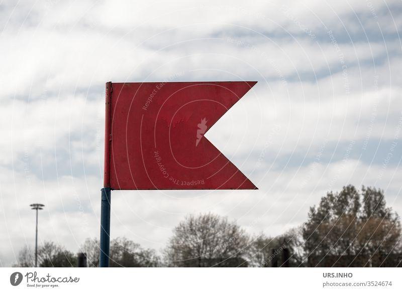 rotes Metallfähnchen vor Baumkronen Fahne Fähnchen bewölkt Himmel Tag weiße Wolken wehen Signal Achtung