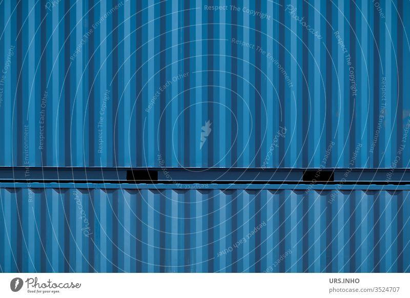 zwei übereinander gestapelte blaue Lagercontainer als Hintergrund Container Schiffscontainer stapeln Nahaufnahme close up outdoor Struktur strukturiert Metall