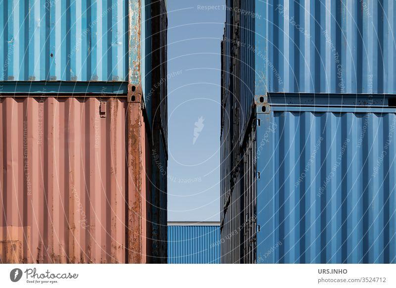 Detailansicht von vier übereinander gestapelte Lagercontainer mit Lücke dazwischen Stapel Linien blau rot Container Schiffscontainer Nahaufnahme stapeln