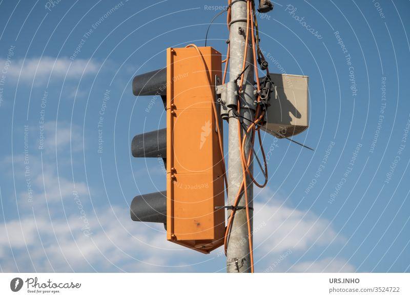 Behelfsampel mit bewölktem Himmel im Hintergrund Ampel Signalanlage Ampelanlage orange Kabel Lichtsignalanlage provisorisch blau