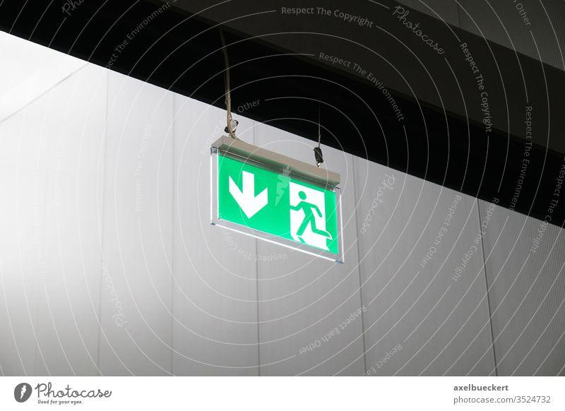 Notausgang Schild mit Piktogramm Fluchtweg Ausgang grün Pfeil Zeichen Symbol Hinweisschild Notfall Evakuierung Feuer retten Sicherheit international Architektur
