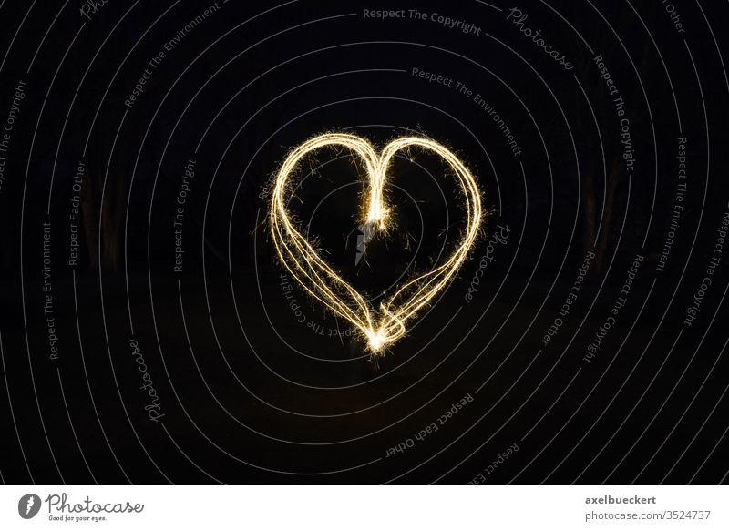 Herz Lichtmalerei mit Wunderkerzen Malen mit Licht Liebe Symbol Feuer Zeichen Form Feuerwerk glühen funkeln Funken Romantik romantisch dunkel Nacht