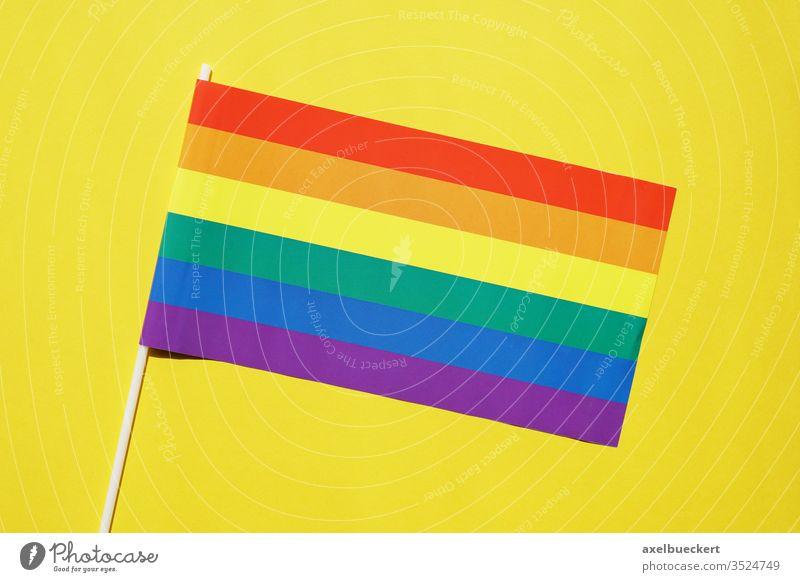 regenbogenfahne gay oder lgbt pride symbol auf gelbem hintergrund Regenbogenflagge Regenbogenfahne Homosexualität schwul lesbisch lgbtq Stolz Fahne Vielfalt