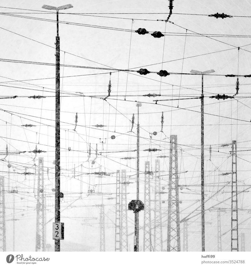 Elektrische Leitungen im urbanen Umfeld Energiewirtschaft Elektrizität Strommast Bahn Oberleitung Elektronik Industrie Nebel schlechtes Wetter Bahnhof Hafen