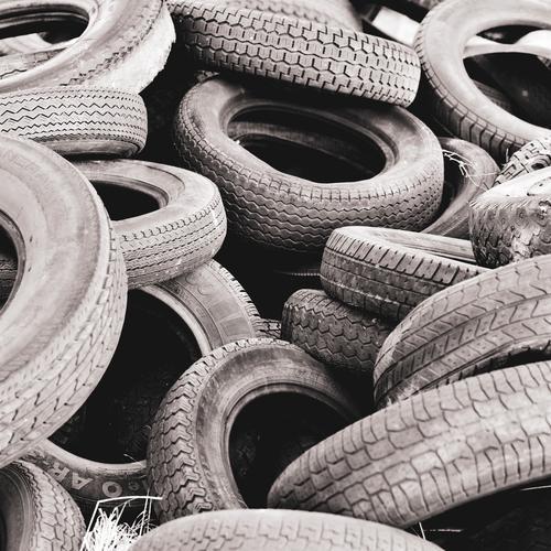 ein Haufen alte Autoreifen Reifen kaputt Gummireifen Sondermüll Müll entsorgen Umweltverschmutzung Reifenprofil wilde deponie entsorgt Umweltschutz