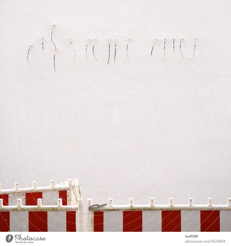 Kabel an einer Wand Kabelinstallation Putzfassade Schöpfeimer unfertig Montage Kalkstein Verputzen Handerwerken Mauer Neubau Minimalismus Fassade neu