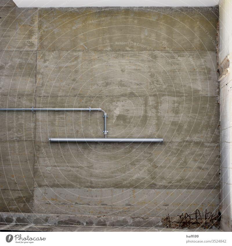 Neonlampe an Betondecke Lampe Mauer Wand Betonboden betoniert grau Stahlkabel nackt kalt einfach Frustration Krise modern minimalistisch Ordnung Gedeckte Farben