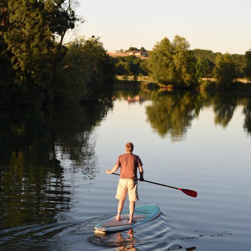 StandUp Paddler mit verletztem Fuß auf ruhigem Wasser - Urlaub Standuppaddling SUP ruhiges Wasser Mensch Wassersport Sommer Natur Himmel Fitness