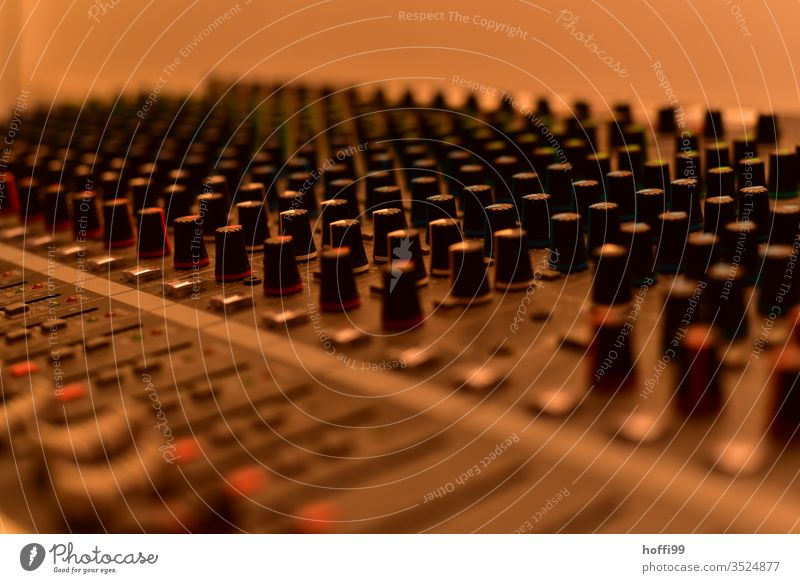 Mischpult digitalpult Musikmischpult Tonstudio retro elektronisch Kreativität Gerät Nahaufnahme Schieberegler Produzent Diskjockey Elektronik Soundcheck Poti