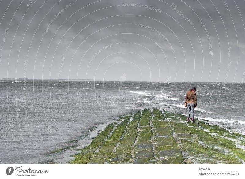 ins meer hinaus 2 Mensch feminin Junge Frau Jugendliche Erwachsene 1 Umwelt Wasser Wolken schlechtes Wetter Unwetter Wind Sturm Wellen Küste Meer bedrohlich