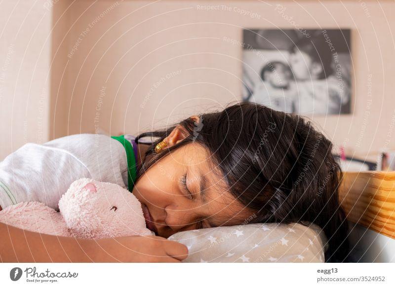 Kleines Mädchen schläft auf ihrem Bett in ihrem Zimmer bezaubernd schlafend Bär Streu Schlafzimmer Schlafenszeit braune Haare Windstille Pflege Komfort bequem