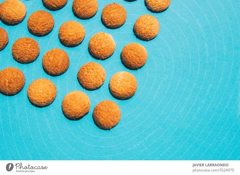 Leckere hausgemachte Butterkekse auf blauem Hintergrund.Konzepte für hausgemachte Süßigkeiten Bonbon selbstgemacht gold Makro Süße Lebensmittel gebacken Gebäck