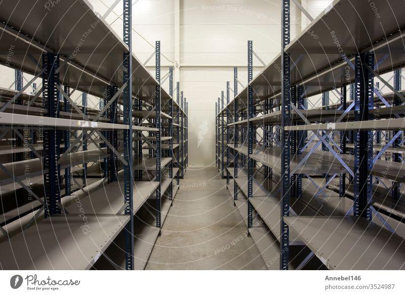riesiges Lager mit leeren Regalen im Inneren für die Lagerung modernes Design, Metallregale für die Verteilung Lagerhalle Speicher Ablage Industrie Business neu