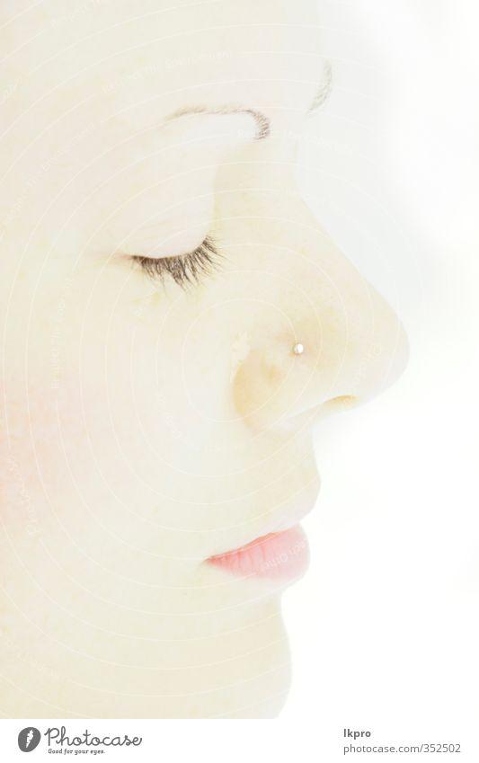ein weißes Gesicht auf der weißen Rückseite Mund gelb rosa lkpro Fassade Bocca naso Nase Auge occhio Labbra rossetto Zigarren Bianco Giallo Shilouette