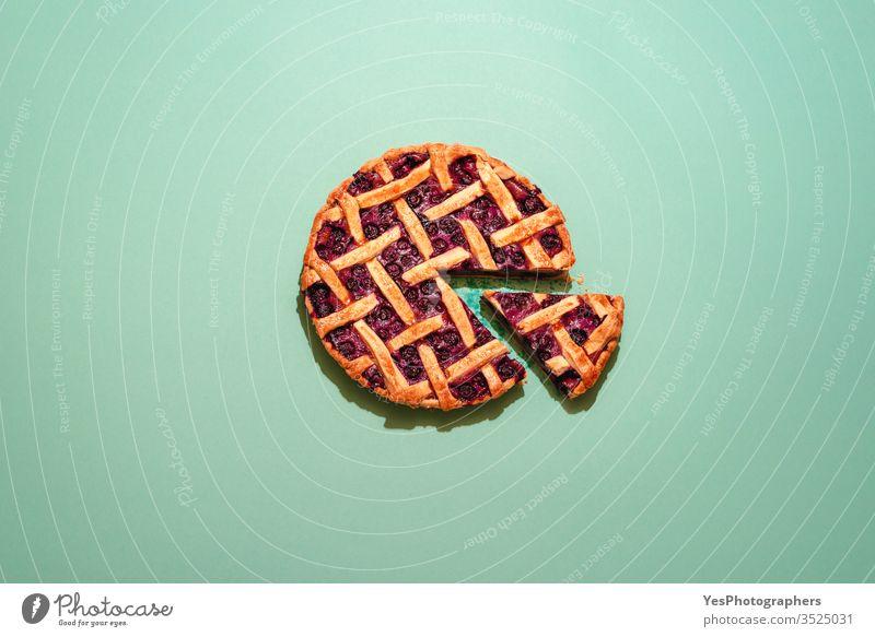 Blaubeerkuchen mit Gitterkruste, Draufsicht auf grünem Hintergrund. amerikanisches Essen gebacken Bäckerei Heidelbeere Blaubeeren Kuchen kanadische Küche