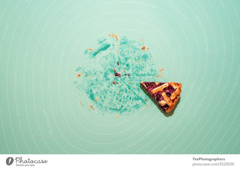 Letztes Stück Kuchen auf grünem Hintergrund. Blaubeerkuchen-Stück. gebacken Heidelbeere Blaubeeren kanadische Küche Karton Komfortnahrung Krümel ausschneiden