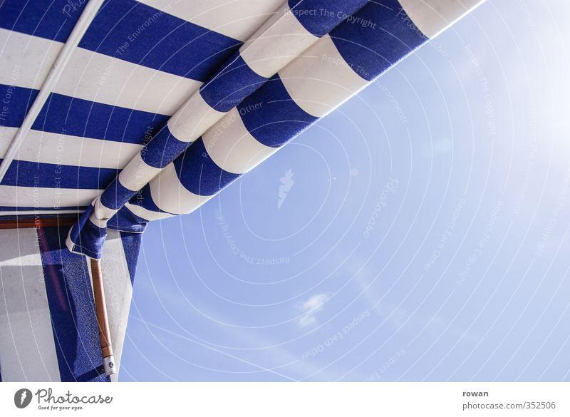 entspannen Wolkenloser Himmel Wärme Sonnenlicht Sonnenstrahlen Strandkorb Streifen gestreift blau Nordsee Ostfriesland Erholung Badeurlaub