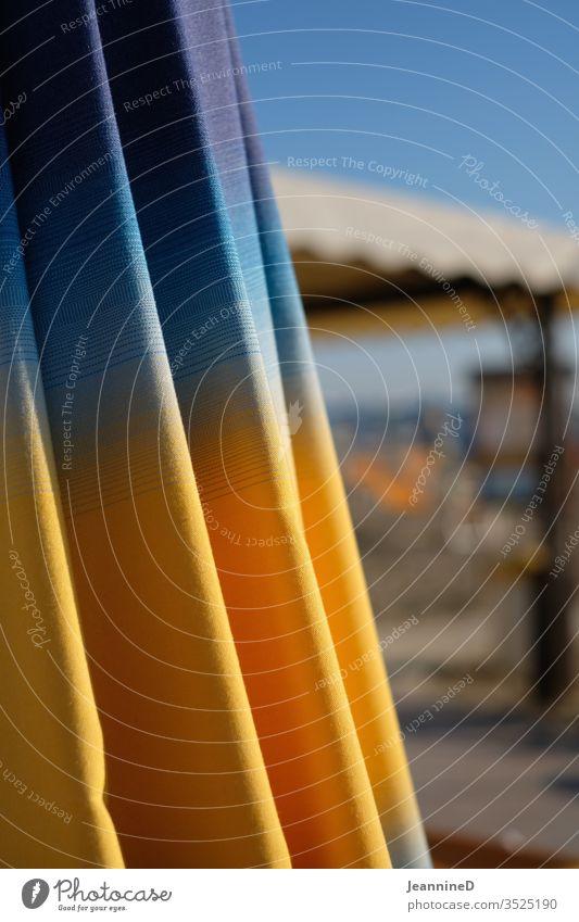 geschlossener Sonnenschirm gelb blau orange Ferien & Urlaub & Reisen Meer Erholung Sommerurlaub Strand Außenaufnahme Menschenleer Sonnenbad Tourismus Ferne