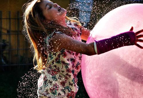 Den Mond gefangen Teil II. Sonne Sonnenlicht Sommer Sommerurlaub Wasser spritzen Wassertropfen spass Freude Mädchen Ball Luftballon Arm gebrochen Gips rosa