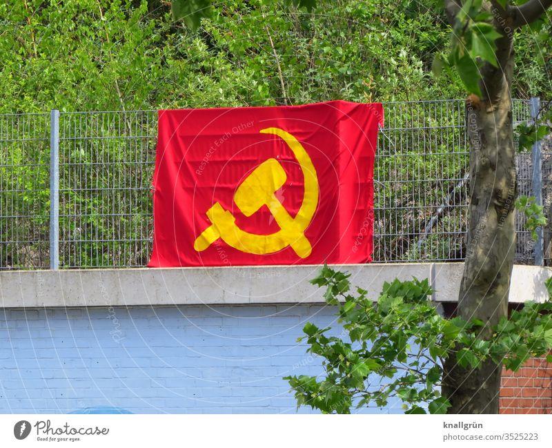 Große Hammer und Sichel Flagge an einem Metallzaun oberhalb einer Mauer befestigt Sowjetunion Fahne rot gelb Kommunismus Politik & Staat Symbole & Metaphern