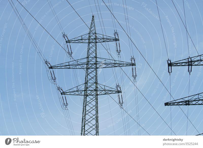 Mast einer Hochspannung Leitung zum Transport von Elektrizität Kabel Wolken Farbfoto Hochspannungsleitung Technik & Technologie traglast tragen Kragarm