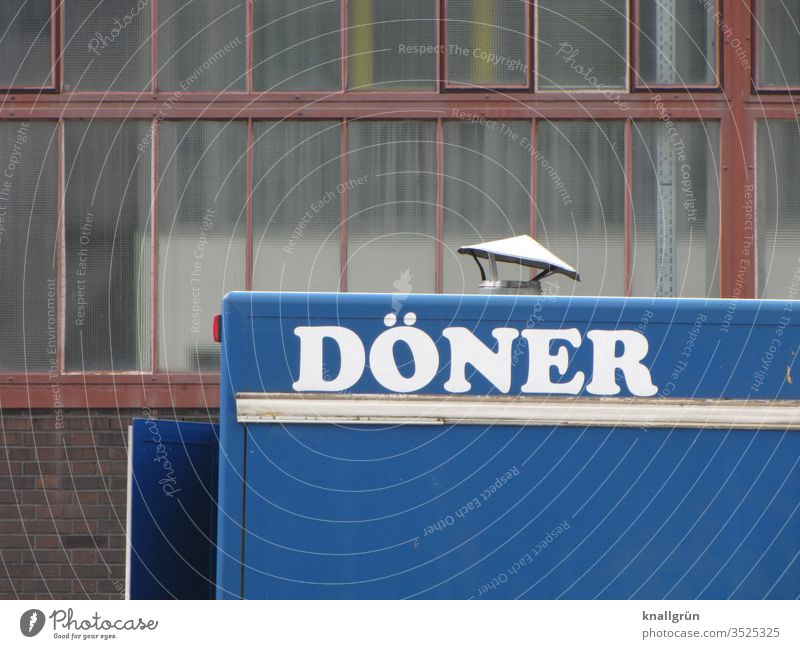 Döner-Imbisswagen vor einer Industriehalle Fastfood Essen Industrieanlage Mahlzeit Lebensmittel Snack Fleisch lecker Ernährung Mittagessen geschmackvoll frisch