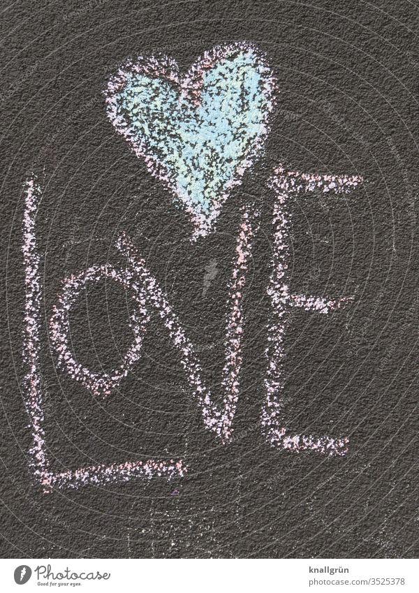 Das Wort LOVE mit einem Herz darüber mit Straßenkreide auf den Asphalt gemalt Liebe malen schreiben Kreide Kreativität mehrfarbig Kindheit Spielen Außenaufnahme