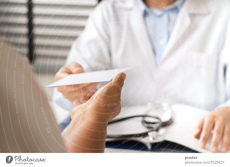 Arzt, der eine Diagnose stellt und älteren Frauen ein ärztliches Rezept ausstellt Patient Unterstützung Aufmerksamkeit Business Pflege Karriere Checkliste