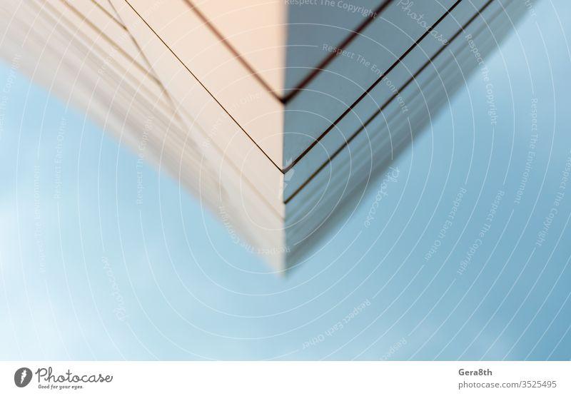 Nahaufnahme der Wand eines modernen Gebäudes vor blauem Himmel Abstraktion Winkel Architektur Hintergrund Unschärfe verschwommen Business Großstadt schließen