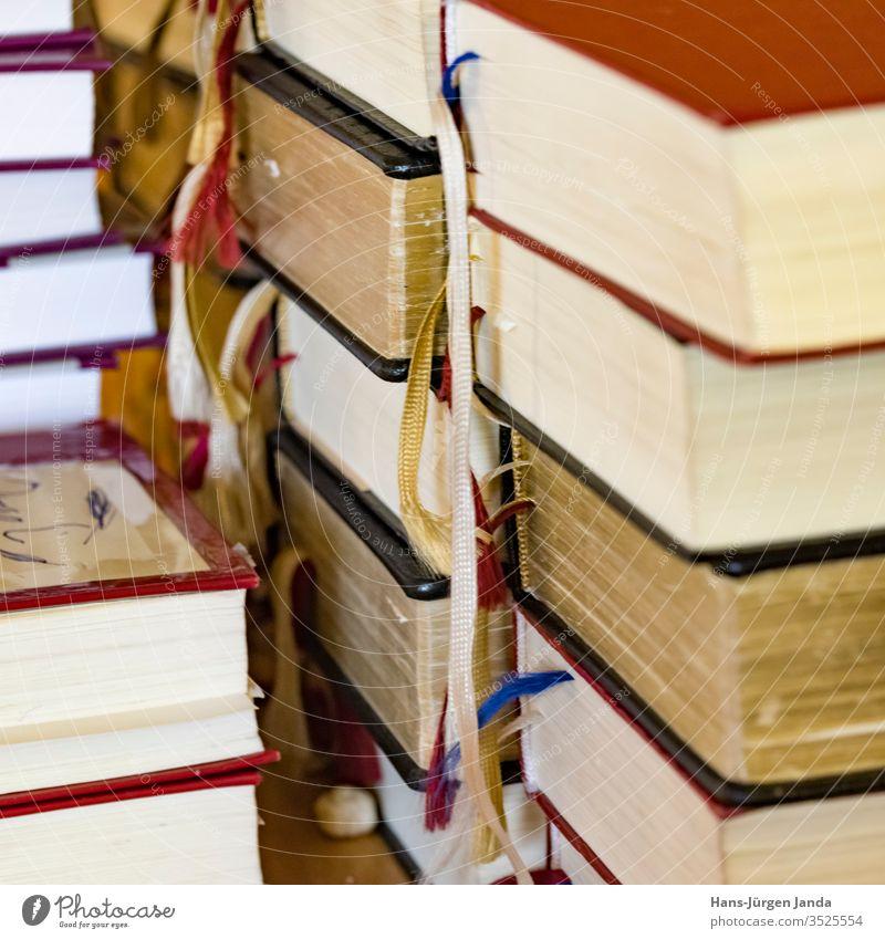 Gotteslob Bücher kirche bücher gesang stapel aufeinander religion gottesdienst lesezeichen bunt katolisch evangelisch christlich