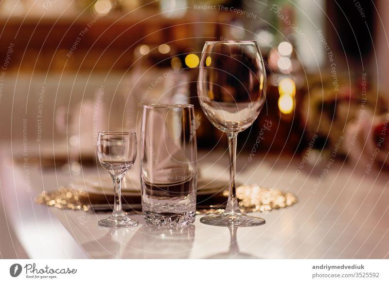 Auf dem Tisch servieren. Kristallgläser. Die Hochzeit. Bankett. Festessen Dekoration & Verzierung Glas Restaurant Café Besteck speisend Abendessen trinken