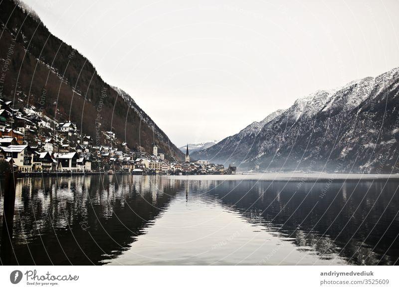 Blick aus der Höhe auf die Stadt Hallstatt zwischen den Bergen. Österreich Winter Architektur Hintergrund schön Schönheit blau kalt Europa Wald Haus Landschaft