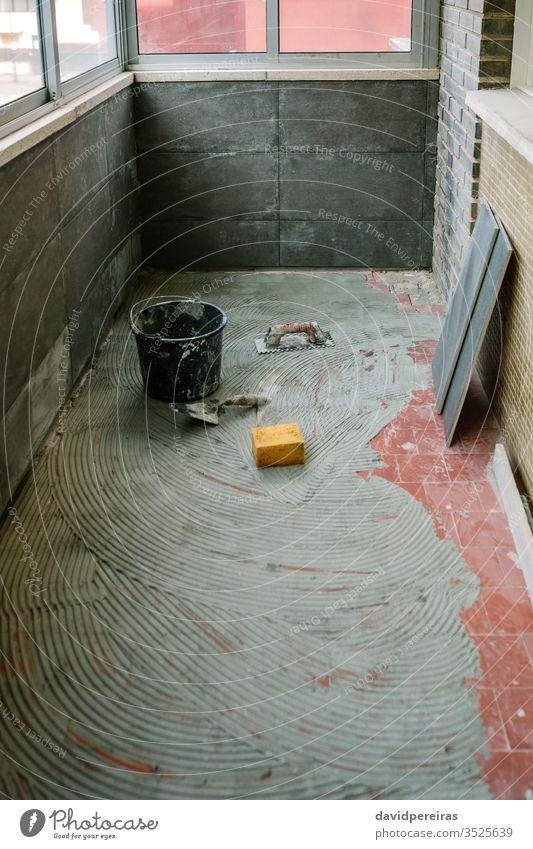 Fliesenverlegearbeiten auf dem Boden Maurerhandwerk niemand Terrasse Reform Stock Zement Reparation Renovierung Kacheln Zement-Fliesenimitation