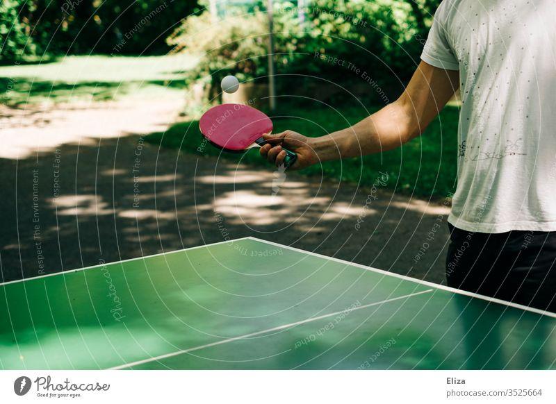 Mann spielt draußen Tischtennis Tischtennisplatte mann spielen Tischtennisschläger Schläger Sport Freizeit & Hobby Außenaufnahme Tischtennisball Fitness