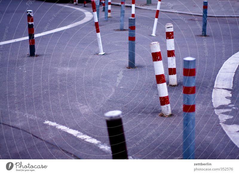 Unklare Verkehrsführung Stadt schön Straße Architektur Wege & Pfade Berlin Linie Hinweisschild Zeichen Bürgersteig gut Barriere Stadtzentrum Verkehrswege Säule