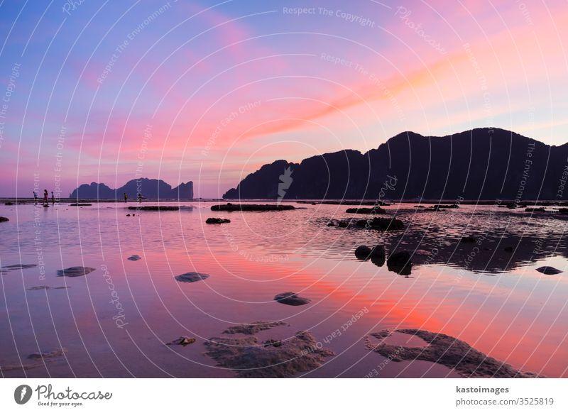 Die Insel Phi-Phi Lee im farbenprächtigen romantischen Sonnenuntergang. Thailand MEER reisen Lagune Natur Himmel Sommer Wasser Phi Phi Bucht Landschaft Urlaub