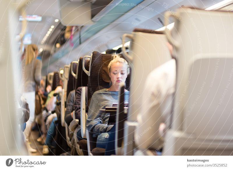 Dame reist mit dem Zug. Eisenbahn Reisender Öffentlich Verkehr Frau Schiene Passagier Anschluss Großstadt Ausflugsziel Mädchen Tourismus Lifestyle Linie Gepäck