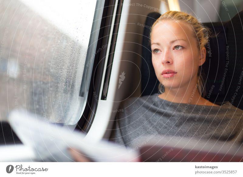 Dame reist mit dem Zug. Eisenbahn Reisender Öffentlich Verkehr Frau Schiene Passagier Anschluss Mädchen Lifestyle U-Bahn Person Mitfahrgelegenheit Zeit Transit