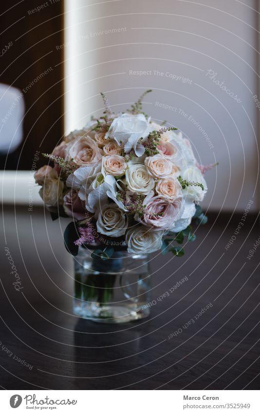 Nahaufnahme eines schönen Brautrosenstraußes in einer Vase mit Wasser auf dem Boden Brautstrauß Blumenstrauß wunderbar Rosen Stock Hochzeitsstrauß