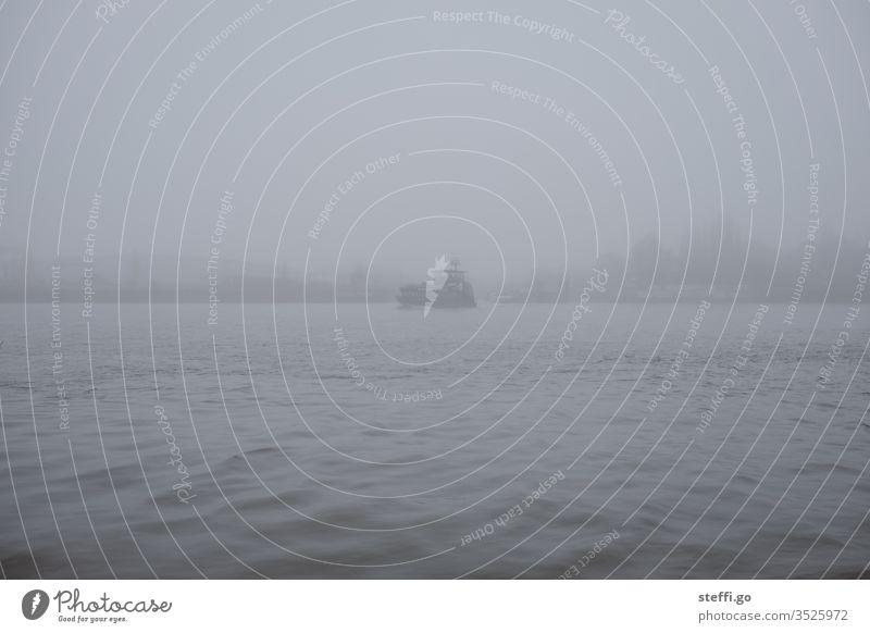 Hamburger Hafen im Nebel mit Fähre Schifffahrt Nebelstimmung Nebelwand Außenaufnahme Hafenstadt Elbe Menschenleer Landungsbrücken Wasser Fluss Sehenswürdigkeit