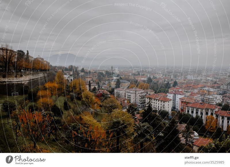 Panorama über Bergamo, Italien Skyline schlechtes Wetter panorama stadtbild Stadtleben Panorama (Aussicht) Städtebau Berge u. Gebirge Bergpanorama Kirche
