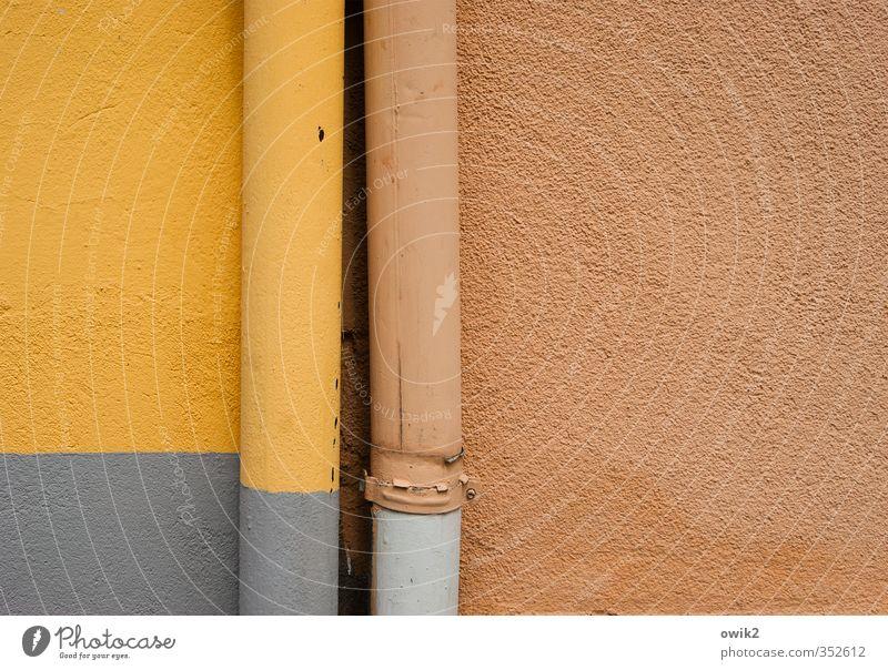 Durch Dick und Dünn Technik & Technologie Abwasserrohr Mauer Wand Fassade Putzfassade Fallrohr Dachrinne Halterung Röhren Metall stehen fest nah grau orange